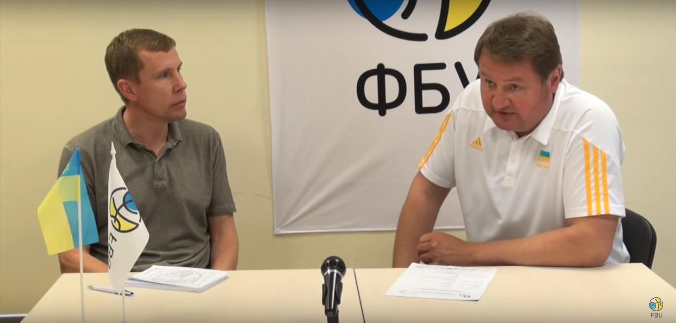 Председатель тренерской комиссии ФБУ Дмитрий Базелевский беседует с главным тренером мужской национальной сборной Украины Евгением Мурзиным